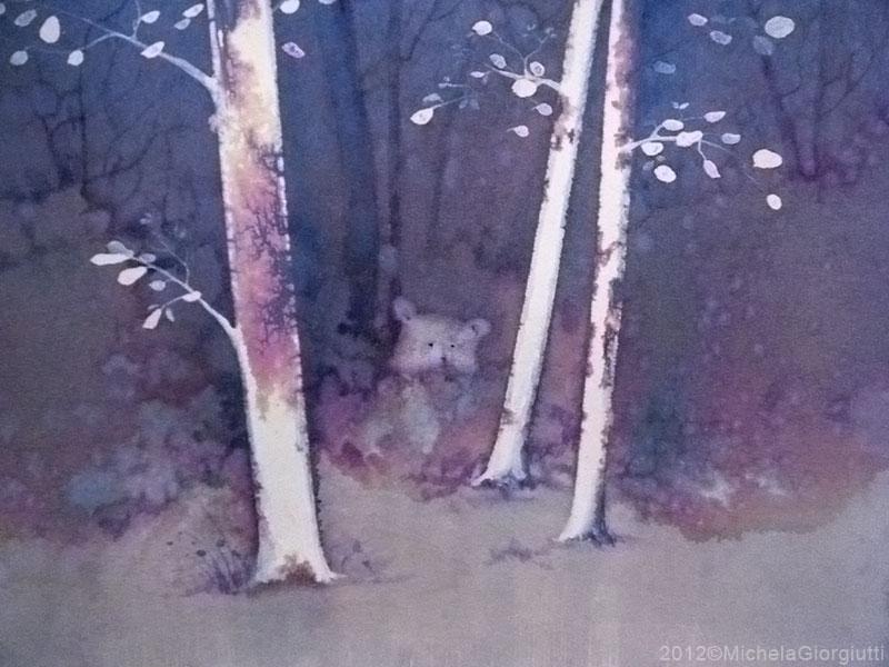 Un orso osserva da dietro un cespuglio tra gli alberi