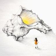 Una bambina si avvicina ad una conchiglia enorme illuminata internamente