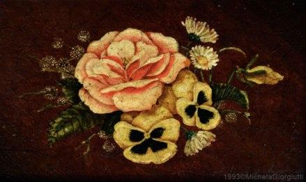 Composizione di rose viole e margherite di campo