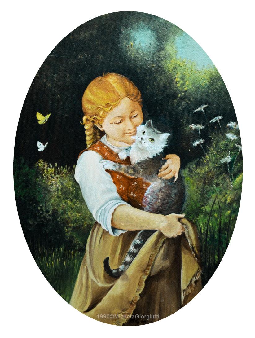 Bambina che tiene in braccio un gatto tigrato in giardino con farfalle e fiori