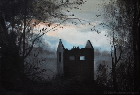 Corvi appollaiati su rovina nel bosco nero al tramonto