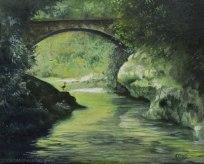 Silhouette di airone sotto il ponte sul torrente tra i boschi