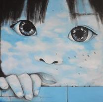 Bambina azzurro cielo appoggiata al muro con uccelli migratori
