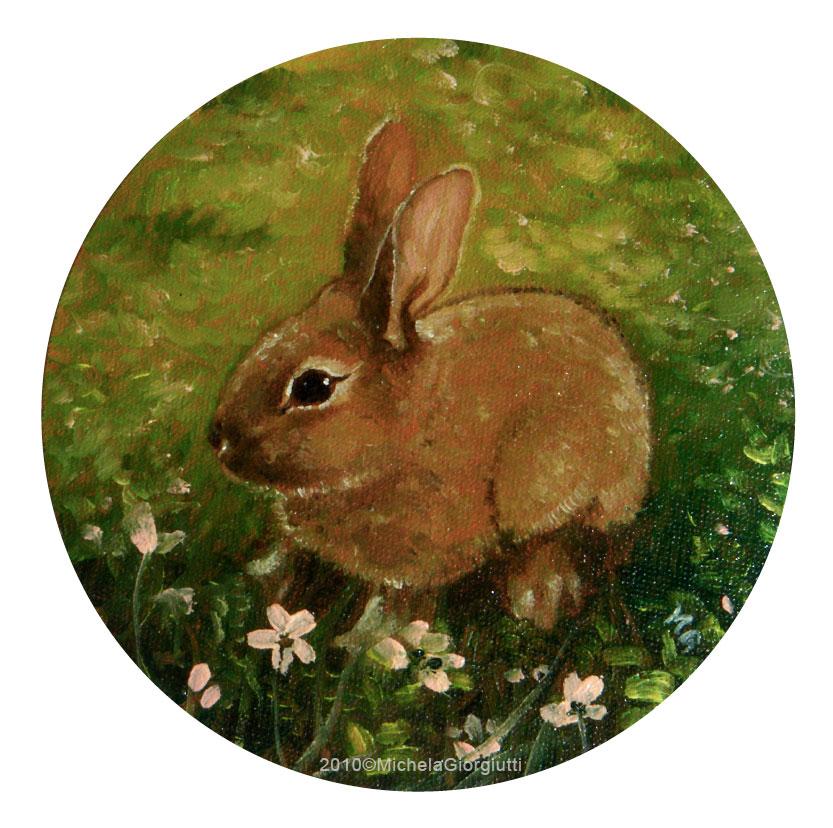 Primo piano di coniglietto sull'erba tra i fiori