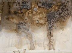 Volpe che guarda una civetta appollaiata su albero altri animali corrono sulla neve