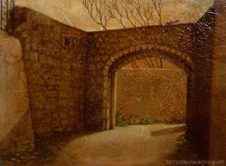 Veduta dell'arco portante d'entrata con ombra di persona in arrivo