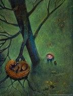 Bambina con cestino di lamponi che guarda scoiattolo dormiente sull'albero blu