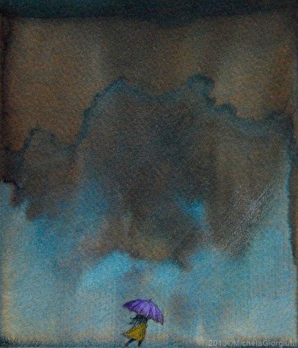 Bambina con impermeabile giallo e ombrello viola sotto la pioggia ed il vento