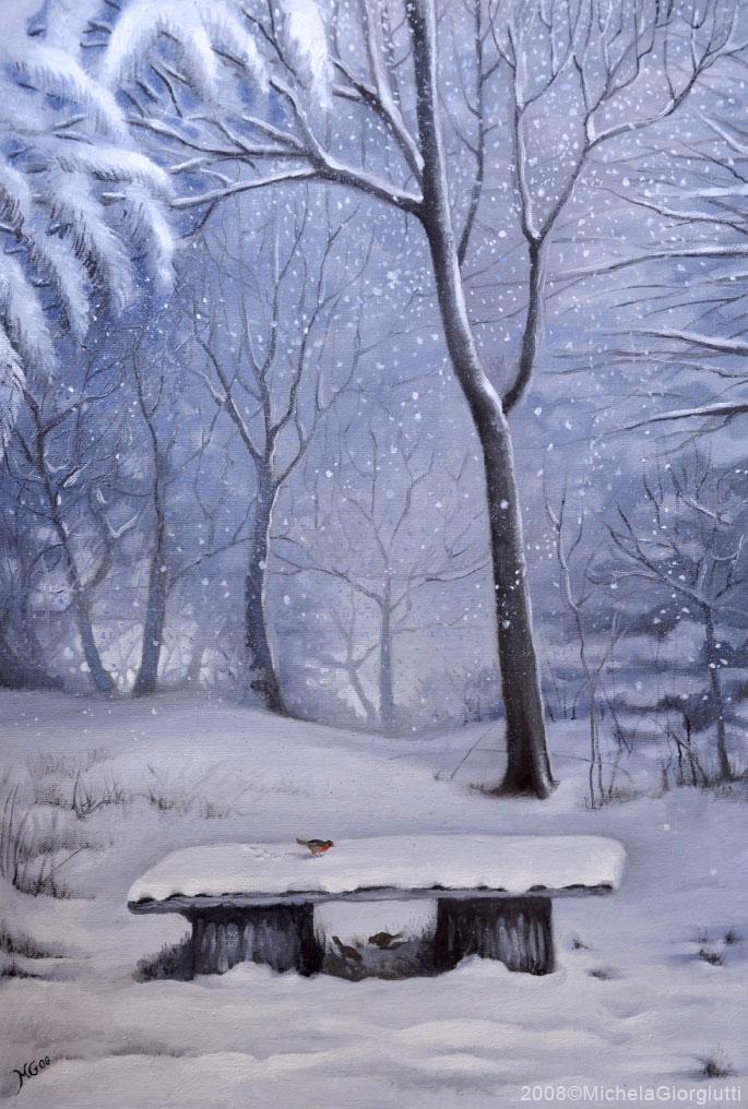 Panchina di legno coperta di neve nel bosco